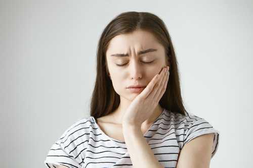 錯稔畸形引起顔面不對稱的症狀有哪些?